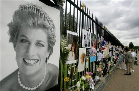 The beginning of an avalanche of flowers to grace Kensington Palace after Diana's death