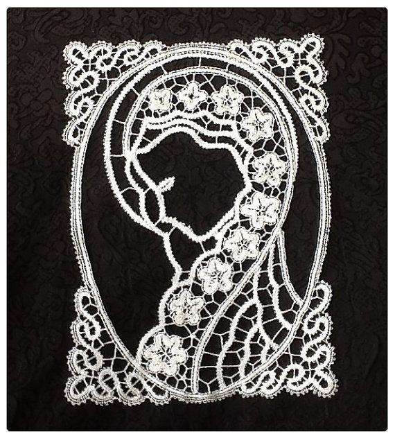 immage of Madonna in bobbin lace, handmade, cotton bobbin lace