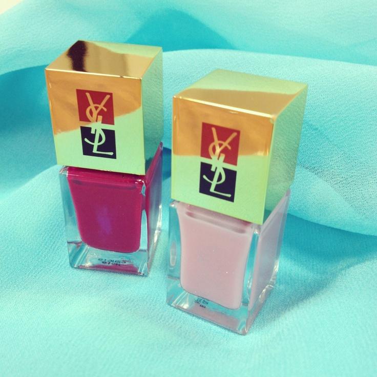 """Wir versüssen uns die triste, graue Winterzeit mit farbigem gute Laune Nagellack. Das sind zur Zeit unsere zwei Lieblinge aus der """"La Laque Couture"""" Serie von YSL."""