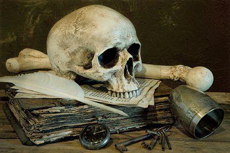 vanitas stilleven met schedel, klok, boek en ganzenveer.