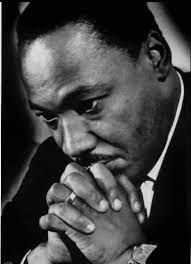 Martin Luther King Jr. foi um pastor protestante e ativista político estadunidense. Tornou-se um dos mais importantes líderes do movimento dos direitos civis dos negros nos Estados Unidos, e no mundo. Nascimento: 15 de janeiro de 1929, Atlanta, Geórgia, EUA. Assassinado em: 4 de abril de 1968, Memphis, Tennessee, EUA.