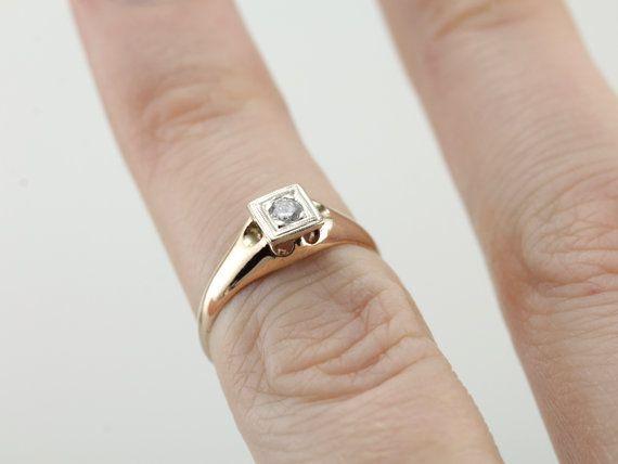 Diese ziemlich antiker Ring ein völlig glattes Profil aus poliertem Rotgold Funktionen einstellen. Oben ist ein neueres Stück, obwohl noch Vintage! Aus Weißgold gefertigt, verfügt über eine helle Politur, die reflektieren das Licht des Diamanten in Perfektion! Es ist eine kleine, einfach auf einen kleinen Finger Finger zu tragen oder zu einem Kind als Kommunion oder Taufe Heirloom geben.  Metall: 10K Antik Rotgold mit Weißgold Akzent Edelstein: Diamant.09 Carat, ich in Farbe, VS in Klarheit…