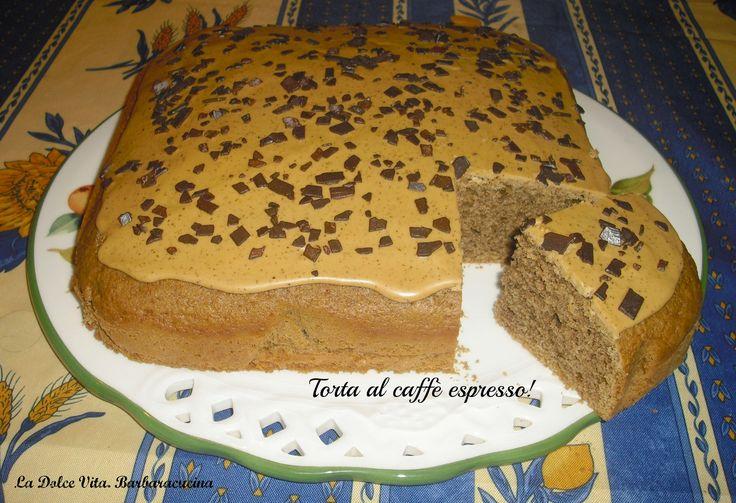 Per cominciare bene la giornata, vi propongo una bella fetta di torta al caffè espresso con glassa al caffè...una delizia da sola o con la panna montata!