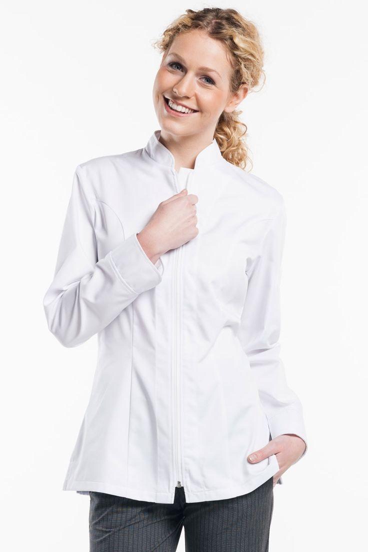 La excelente chaqueta Monza de mujer de la serie Zipper de Chaud Devant, se trata de una prenda entallada, muy femenina y con cremallera central. De cuello muy favorecedor y con aperturas laterales, dicha chaqueta blanca de manga larga, seguro que no deja indiferentes a tus clientes. Queda perfecta a las usuarias ya que es una prenda de gama alta. #MasUniformes #RopaLaboral #UniformesDeTrabajo #VestuarioOnline #ChaudDevant
