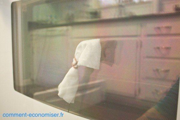 On ne sait pas comment ces cochonneries se mettent entre les 2 vitres mais, heureusement, il y a une astuce pour y remédier.  Voici comment nettoyer facilement entre les 2 vitres de votre four :  Source : Comment-Economiser.fr | http://www.comment-economiser.fr/nettoyer-entre-les-vitres-d-un-four.html