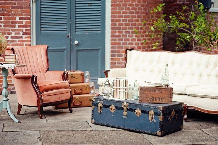 Винтажный диван и пара декоративных элементов помогут создать прекрасное место для фотографий. Семейные снимки, дружеские посиделки, домашний уют.