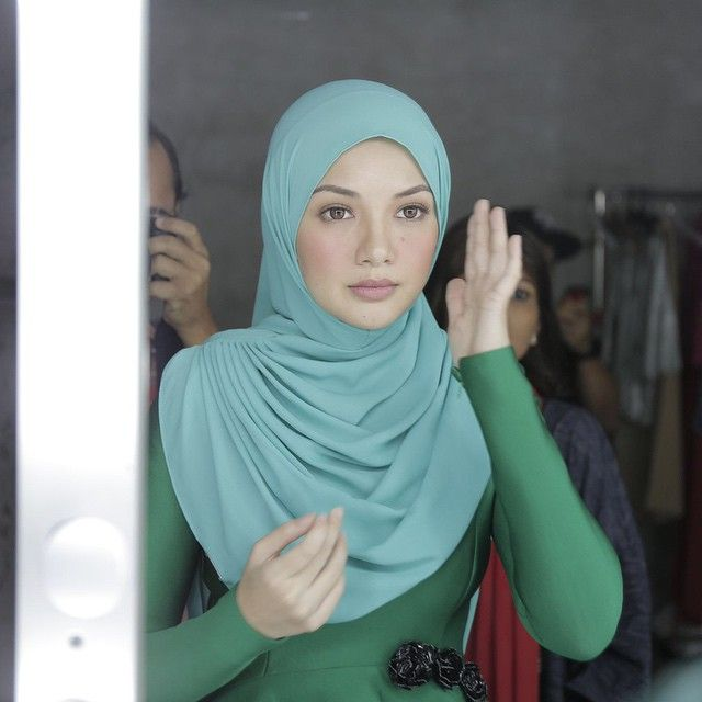 What would you pair tiffany blue with? I chose emerald green @naelofarhijab #glamwoman