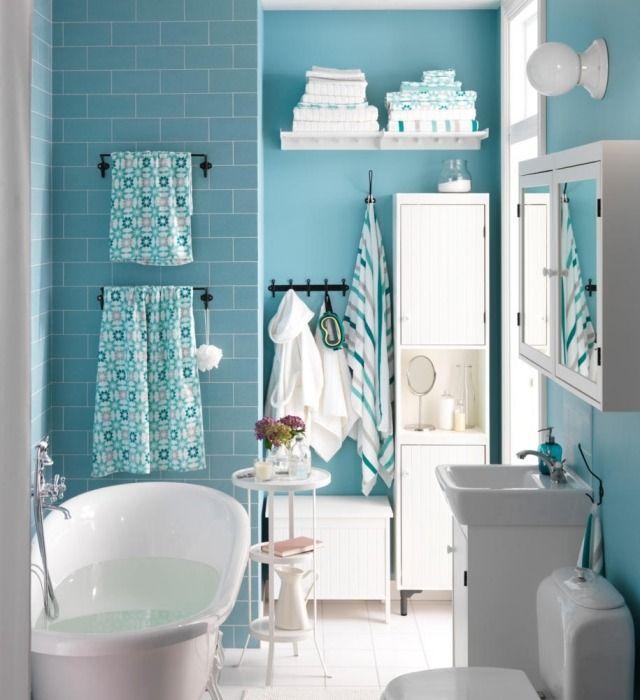 une petite salle de bains en bleu clair avec un mobilier blanc