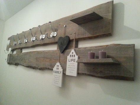 Zelf gemaakte kapstok van onbewerkte houten planken