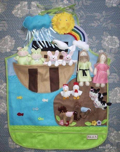 Avental Arca de Noé confeccionado em feltro, com três cores de fundo (céu, mar e terra). Aplicação da Arca, peixes no mar e flores na terra. Bolso para alojar personagens. Acabamento em viés. A terra é fixada com velcro para ser retirada na hora do dilúvio. Contém 3 etapas do tempo: sol, nuvem de chuva e arco-íris.  Personagens: 5 casais de animais a sua escolha: cachorro, coelho, elefante, girafa, gato, galinha, hipopótamo, leão, macaco, ovelha, pato, rato, sapo, tigre, tartaruga, urso, ...