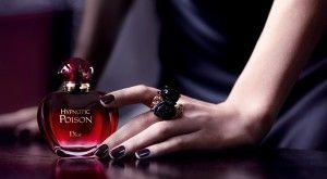 Imi plac multe parfumuri Dior si Hypnotic Poison(1998) este unul din cele de care ma simt cel mai legata. L-am descoperit tarziu pentru ca, in perioada in care a fost lansat, eram fana Guerlain si Givenchysi nu aveam ochi (si nas) decat pentru creatiile lor! Imi amintesc ca la un moment dat, pe