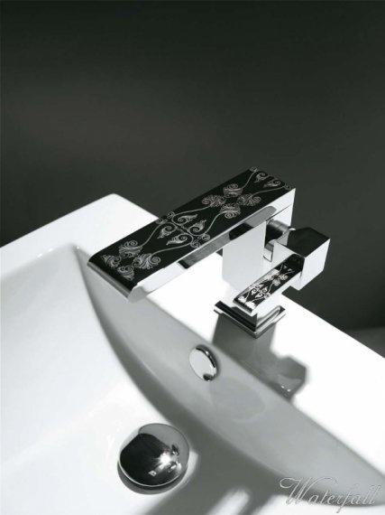 Designové vodovodní baterie Grace s gravírováním v provedení klasické umyvadlové baterie, baterie k umyvadlu na desku a kuchyňské baterie, v sérii zároveň naleznete i dva typy sprchových setů a mosazné koupelnové doplňky - http://www.water-fall.cz/gallery/designove-koupelnove-baterie-284/#imgh
