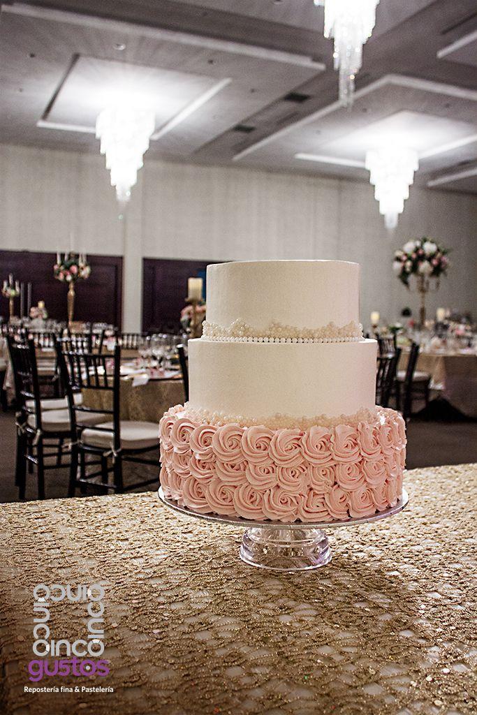 Pastel de XV años con decoracion de rosetas rosas y detalles de perlas Pink buttercream rosette XV años celebration cake