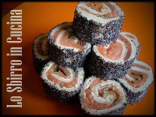 Sushi all Italiana - Pochi e semplici passi per un antipasto di sicuro effetto. In questa versione tricolore del sushi utilizziamo salmone, formaggio..