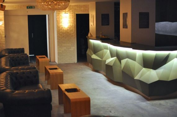 L'atelier des artistes, #Bar à #cocktail, salon privatif, restaurant, expositions.. le tout dans un loft de 500m2 imaginé comme un véritable lieu de vie.  4, rue Rampon #75011 Paris  -  18h à 2h du mardi au dimanche.  01 47 00 55 71 http://atelierdesartistes.net