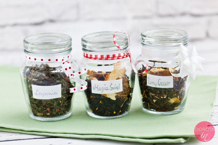 Elegancko zapakowane w słoiczki, udekorowane ręcznie wypisanymi etykietkami, herbaty w różnych smakach i o pięknym zapachu.  http://dorota.in/jadalne-prezenty-na-boze-narodzenie/