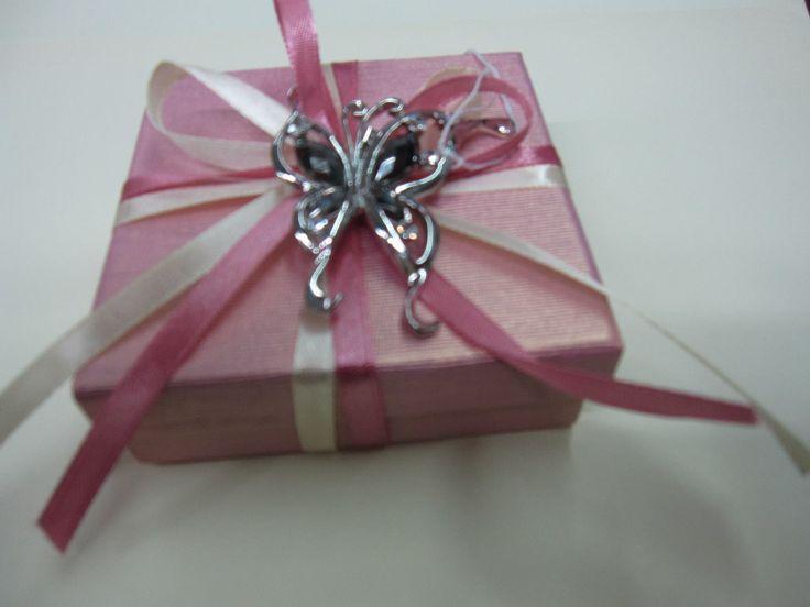 Μπομπονιέρα κουτάκι σε χρώμα ροδί και πάνω του έχει κόσμημα καρφίτσα πεταλούδα με κρύσταλλο Κ9!
