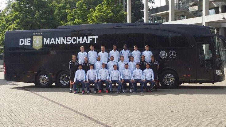 Hingucker! #DieMannschaft vor dem neuen Bus... @MercedesBenz