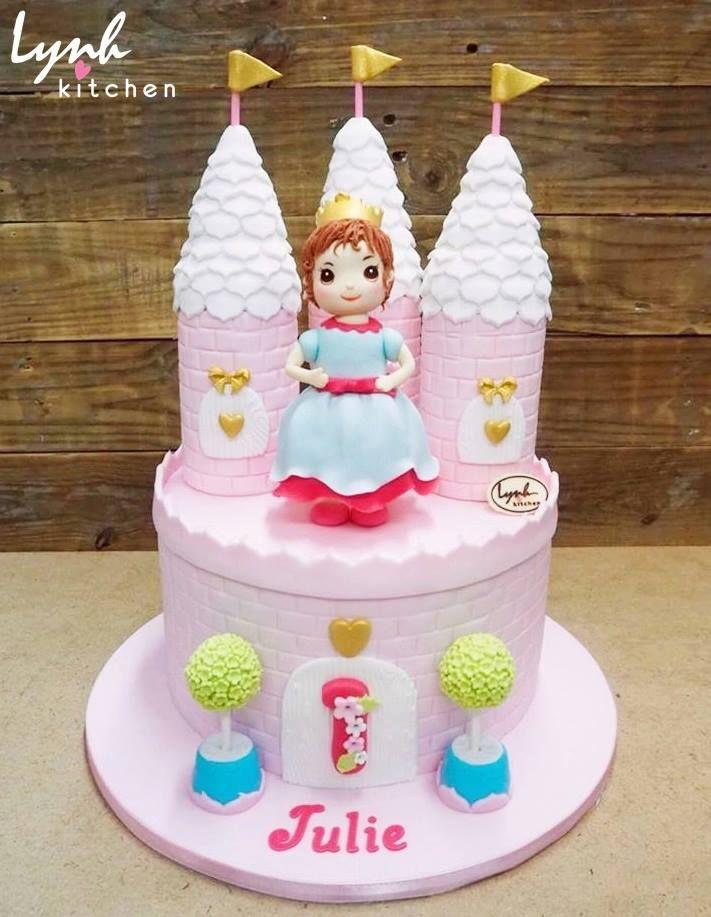 """Dành cho các bé gái """" Thích màu hồng, ghét sự giả dối"""", muồn sau này làm công chúa xinh đẹp đây nhé =))))))) #lynhkitchen #Chocolatecake #Delicious #Cakeforchildren #Cakeforgirl #fondantcake #princesscake 👉🏻Để được hỗ trợ và tư vấn trước khi đặt bánh : 💌Inbox cho Lynh Kitchen hoặc fanpage Lynh Kitchen ☎️Hotline: 0936330333-01226175596 📪Địa chỉ: 161 Nguyễn Thị Nhỏ P9 Tân Bình 🚙 Giao bánh tận nhà"""