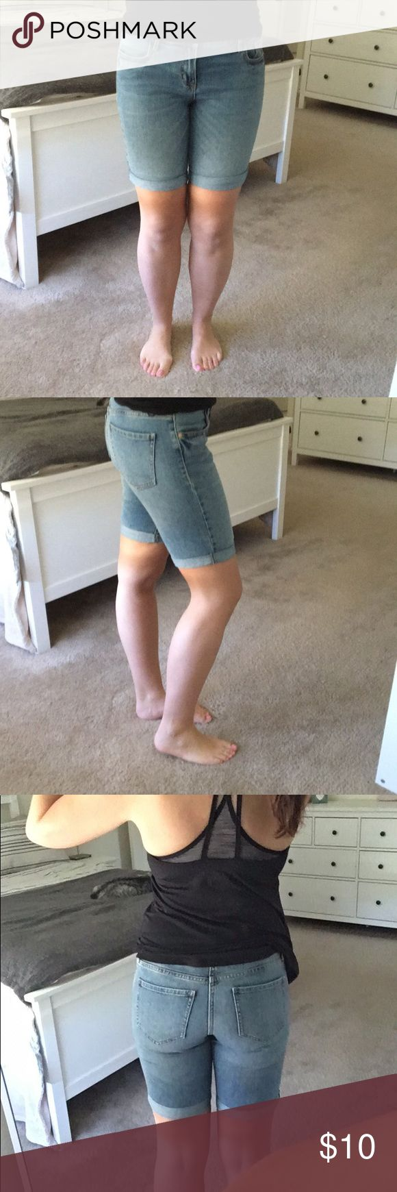 """Old navy denim bermuda Selling my Old navy denim bermuda in size 2! I worn it once but it's just too """"long"""" for Texas weather! 🙈😜 Old Navy Shorts Bermudas"""