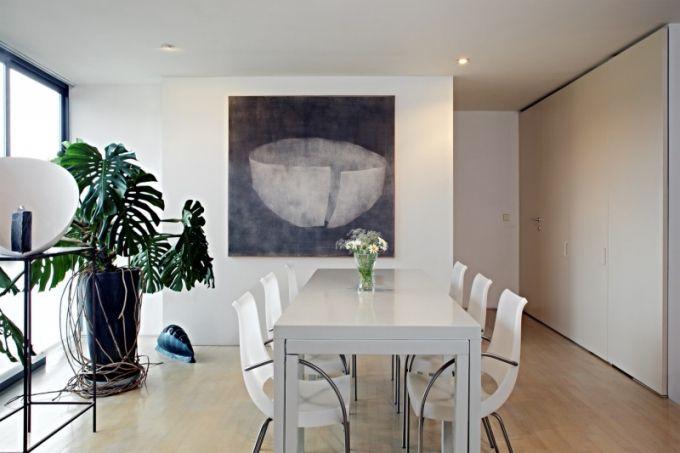 Velký jídelní stůl, u kterého se pohodlně nají dvanáct osob, je vyrobený na míru podle návrhu Ivana Kroupy. Tato část bytu je situovaná na západ a plastové židle získávají od zapadajícího slunce příjemné teplé tóny