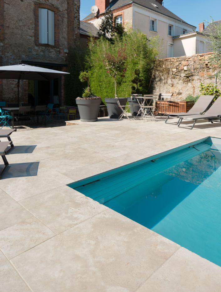 Travertin Gentle Mixte CUPA STONE pour un beau projet de terrasse avec piscine à…