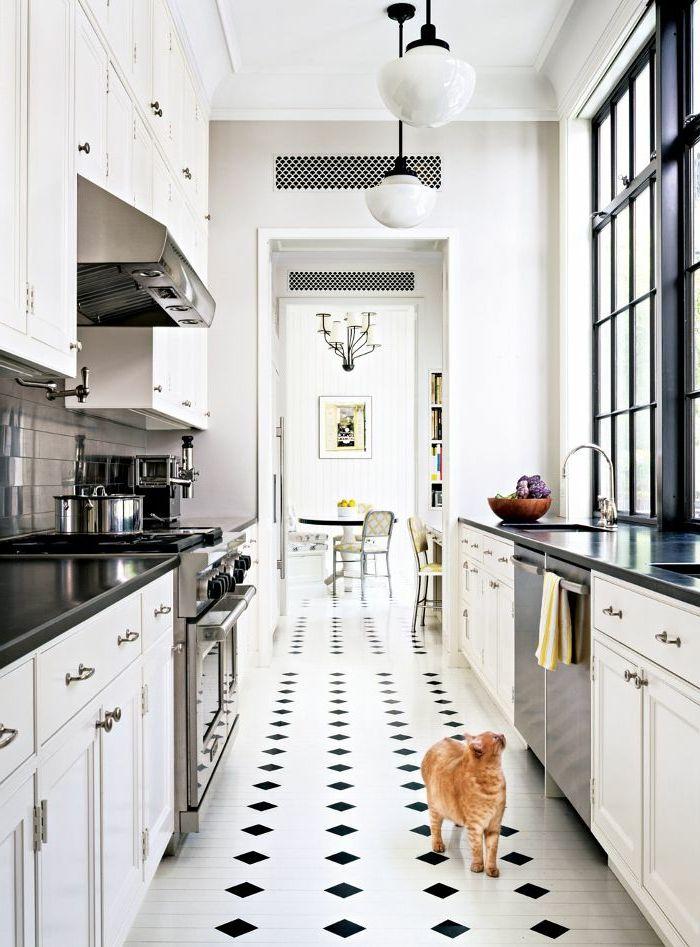 jolie cuisine avec carrelage damier noir et blanc sur le sol