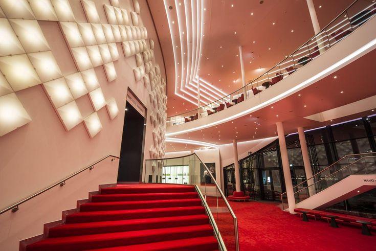 Bühne frei für LED und OLED: Hamburger Musicaltheater glänzt mit zukunftsweisender Licht-Technologie