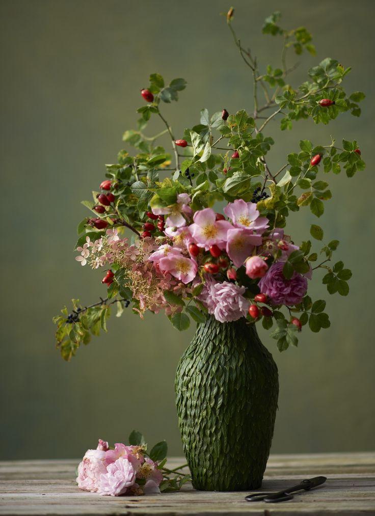 Lingonblad håller länge och passar utmärkt att dekorera vasen med. Lingonblad och dubbelhäftande tejp är knepet!