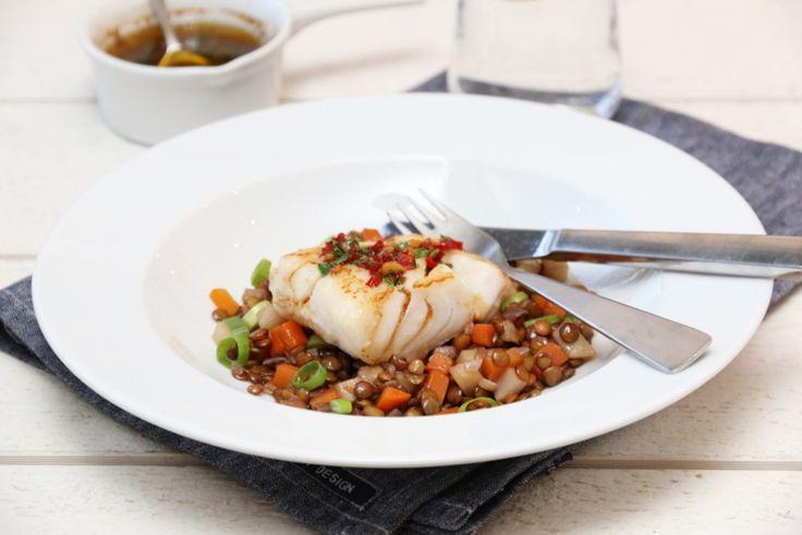 Soyasaus trives godt sammen med spicy smaker som chili og hvitløk, og setter en nydelig smak på for eksempel torsk. Torsken har i tillegg fått følge av rotgrønnsaker som gulrot og sellerirot, som sammen med grønne linser metter godt i magen også.