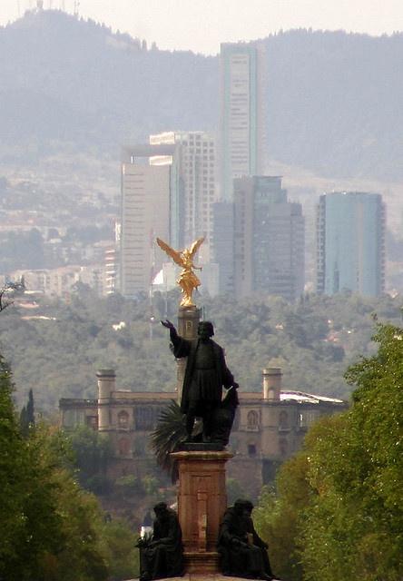 Buenisima imagen que muestra dos monumentos el de Cristobal Colon, El Angel de la Independencia y al fondo nada menos que el Castillo de Chapultepec, en mi querida y linda Ciudad de México.
