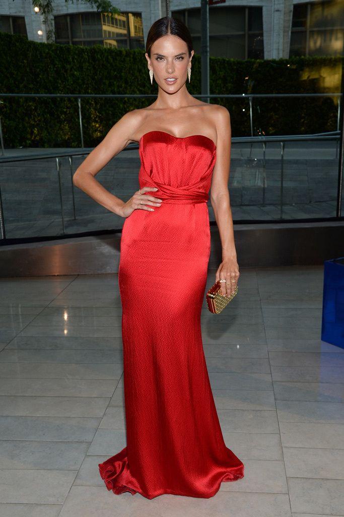 Todos los invitados a los Premios CFDA 2014. Alessandra Ambrosio: con un espectacular vestido strapless en satén rojo de Nonoo.
