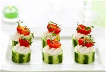 Aperitiefhapjes met komkommer en gerookte forelfiletmousse.