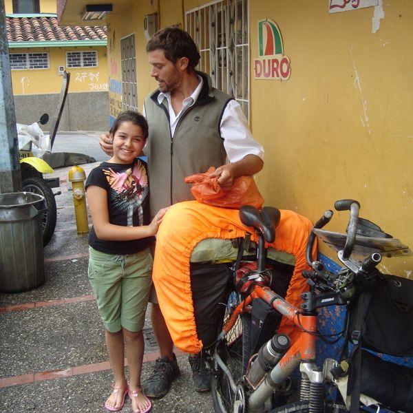 Hace más de una década se recibió de arquitecto. Y decidió recorrer el mundo. Sus pasos lo llevaron a recorrer Colombia. Y lo relató para una famosa revista. Conocé su historia.