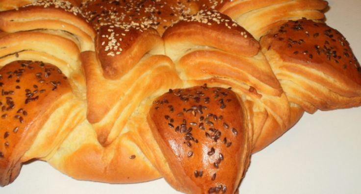 Przepis na chleb świąteczny: Wynik końcowy mówi sam za siebie: chleb jest niesamowicie widowiskowy i smakowity! Gdy położymy go na świątecznym stole, może stanowić również dekorację dla świątecznej świecy. Dwa w jednym!