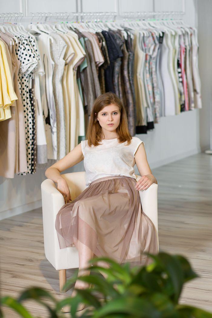 Delikatna, satynowa spódnica z siatką. Delicate, satin skirt with mesh material on it. http://www.bee.com.pl/e-sklep/
