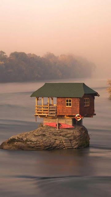 Maison sur la rivière en #Serbie #Voyage #Paysage
