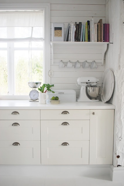 Gorgeously simple white Swedish kitchen, Julias Vita Drömmar: Majkök