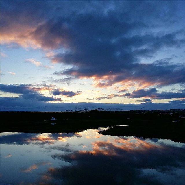 Hier soir, sur la route vers le Vatnajökull : les couchers de soleil sont magnifiques ici !  J'ai beaucoup de photos à vous montrer de nos [déjà] 3 jours et demi passés en Islande : j'ai du retaaaaaard  #EMinIceland
