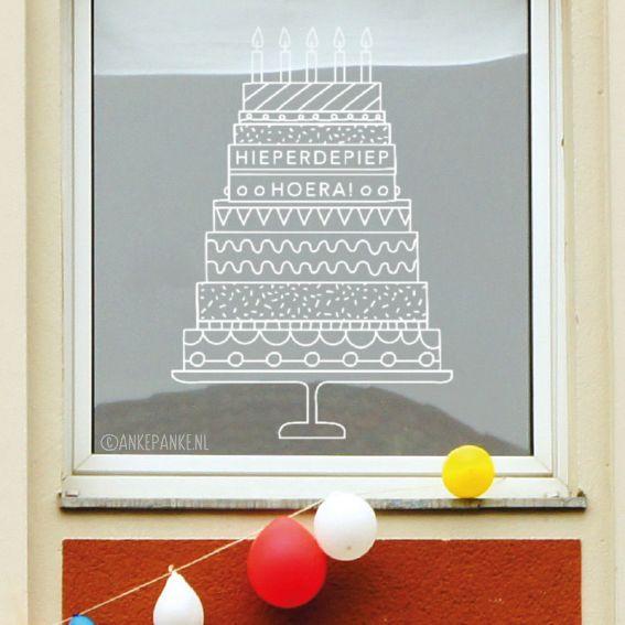 Hiep hoera! Extra grote en lekkere taart voor de jarige job. Leuke raamtekening decoratie voor het verjaardagsfeestje.