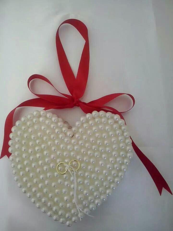Porta alianças em formato de coração super romântico e diferente em pérolas.