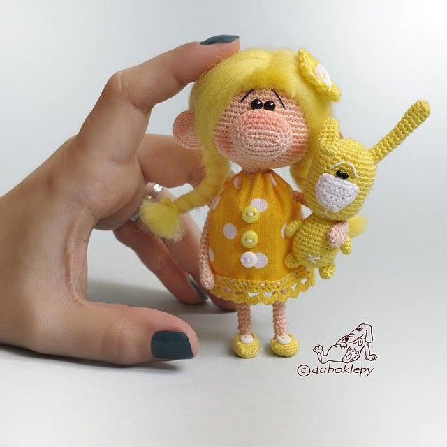 Лимончик. Моя рука тут для масштаба, в комплект к кукле не входит:) Кукла 11см, дом нашла #дубоклёпы_куклы ☆