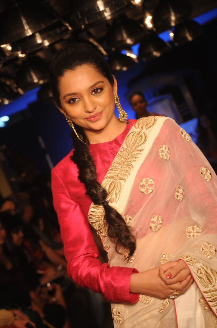 Leading bengali actor June Maliah as the show stopper for the Gaja Dev r Nil anniversary show 2012.