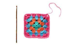 Sedici differenti colori di lana diversi per realizzare questa creazione: una coperta di lana quadrata. Mi ricorda tanto la mia infanzia, c...