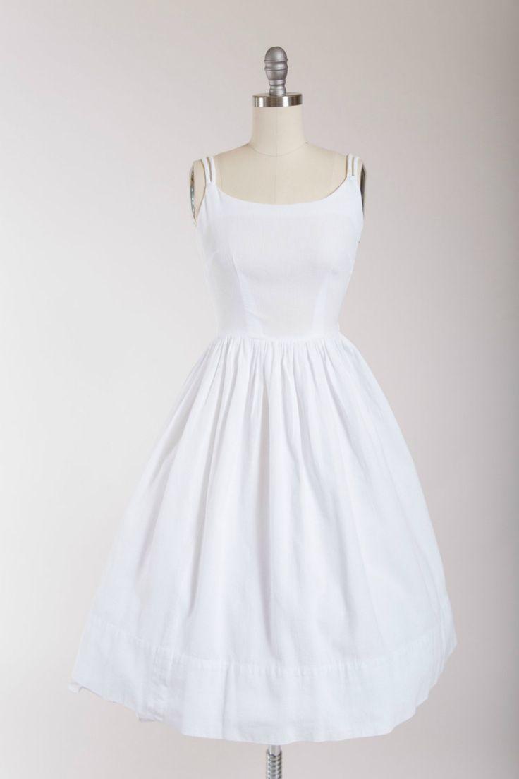 jaren 1950 vintage zon jurk gemaakt van een frisse witte katoenen pique. Leidingen riemen, GENAAISTE bodice, voorzien van taille en volumineuze volledig verzameld rok. Sluit af met kant metalen rits.  ☞ Metingen Bust: 33.5 Taille: 27.5 Heupen: gratis Lengte: 41 Label: geen label  Gemaakt van katoen pique. In de buurt van uitstekende vintage staat met kleine verkleurde plek op linker riem en een L vorm reparatie in de rok die alleen merkbaar onder nauwe inspectie is. Jurk presenteert en…