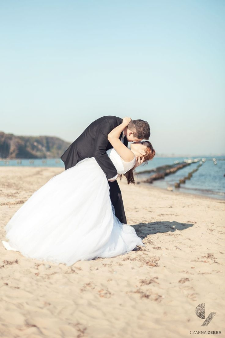 Ania i Radek - sesja plenerowa na plaży w Babich Dołach. Fot. Czarna Zebra.