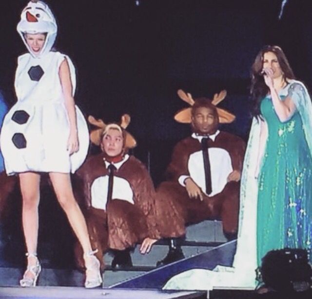 IDINA MENZEL AND TAYLOR PERFORMED LET IT GO TONIGHT. THIS IS THE MOST AMAZING THING I'VE EVER SEEN OMG.