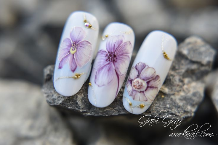 This manicure is well combined with a  simple and elegant dress.