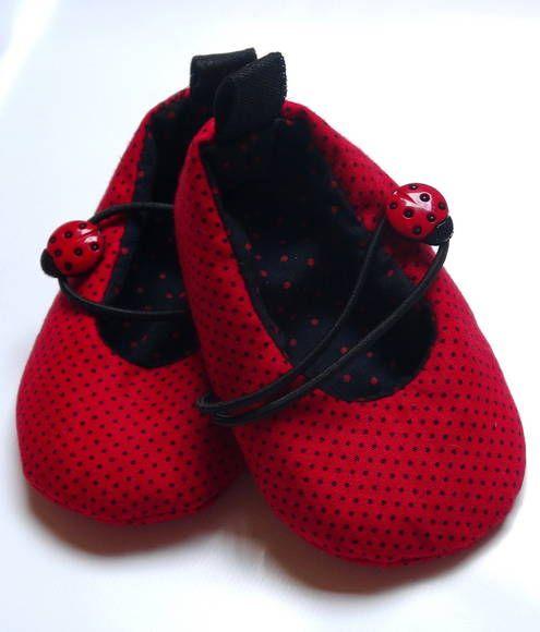 Lindo sapatinho de bolinhas. Um charme para os pés de sua bebê. Acolchoado e feito com tecidos 100% algodão. Tamanhos referentes ao solado. Tamanho P: 9 cm ( 0 até 3 meses) Tamanho M: 10 cm (3 até 6 meses) Tamanho G: 12 cm (6 até 9 meses) São especialmente para bebês que ainda não andam. R$ 40,00