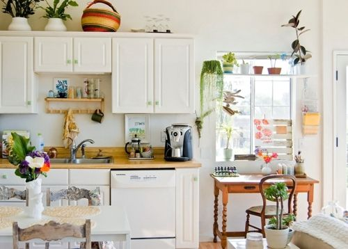 kitchenDecor, Eclectic Design, Cottages Kitchens, Small Kitchens, Plants, Small Spaces Living, Colors Kitchens, Farmhouse Kitchens, White Kitchens